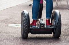 roulement de fille sur le gyroboard dans la rue photographie stock