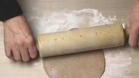 Roulement de la pâte par le rouleau en bois clips vidéos