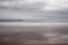 Roulement de marée dedans doucement Photographie stock