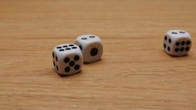 Roulement de matrices sur la table Plan rapproché banque de vidéos