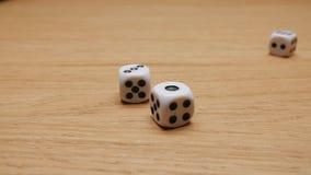 Roulement de matrices sur la table Plan rapproché clips vidéos