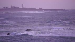 Roulement de tempête dedans au phare de Dawn California Pacific Ocean Coast banque de vidéos