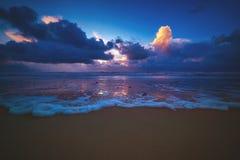 Roulement de vague sur la plage à un coucher du soleil au Danemark images stock