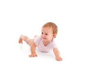Roulement espiègle de petite fille sur l'étage photographie stock libre de droits