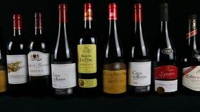 Roulement français de vins rouges banque de vidéos