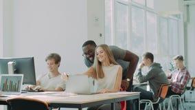 Roulement heureux de personnes sur la chaise à coworking Homme gai étreignant la dame de sourire banque de vidéos