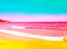 Roulement rose ondulé mousseux de vague de mer au rivage à sable jaune Ciel bleu de turquoise Belle image modifiée la tonalité av photos stock