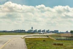 Roulement sur le sol à l'aéroport d'Amsterdam Schiphol Images stock