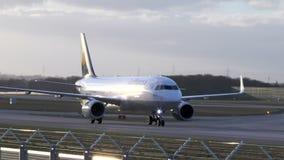 Roulement sur le sol d'avion de Lufthansa banque de vidéos