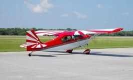 Roulement sur le sol d'avion rouge et blanc Photographie stock