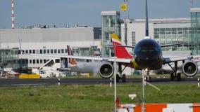 Roulement sur le sol de livrée de Borussia Dortmund d'Airbus A320 banque de vidéos