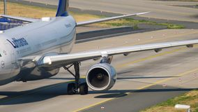 Roulement sur le sol de Lufthansa Airbus A330 clips vidéos