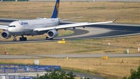 Roulement sur le sol de Lufthansa Airbus A330 banque de vidéos