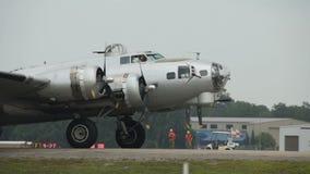 Roulement sur le sol du bombardier B-29 banque de vidéos