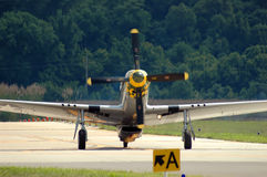 Roulement sur le sol du mustang P-51 Photographie stock