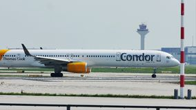 Roulement sur le sol plat de lignes aériennes de condor dans l'aéroport de Francfort, FRA banque de vidéos