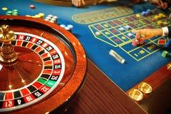 Roulett med spelare på tabellen i en kasino royaltyfria foton