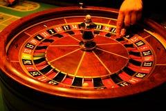 Roulette con la mano e la palla Fotografia Stock