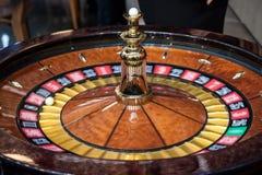 Roulette el giro, en el movimiento, durante un juego de la versión parcial de programa La ruleta es un juego de juego y apostador imagen de archivo libre de regalías