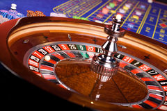 Roulette en roulettelijst in casino royalty-vrije stock afbeelding