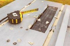 Roulette en una máquina del ` s del carpintero para la madera de trabajo foto de archivo
