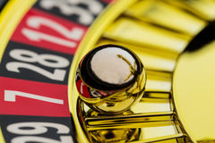 Roulette jouant dans le casino Photographie stock libre de droits