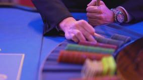 Roulette la tabla en un casino - microprocesadores de juego más groupier de las cuentas almacen de metraje de vídeo