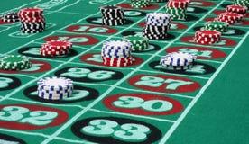Roulette-Tabelle mit Chips Lizenzfreie Stockfotos