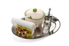 Roulette, un sucrier, serviettes sur un plateau fait Image stock