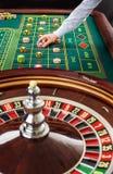 Roulette und Stapel des Spielens bricht auf einer grünen Tabelle ab Lizenzfreie Stockfotografie