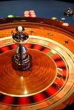 Roulettekessel-Drehungen stockbild