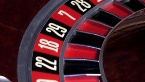 Roulettekesselbetrieb und -halt mit weißem Ball auf null stock video