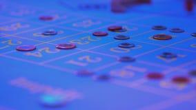 Roulettelijst in een casino - gokkers gezette tekenen op aantallen stock video