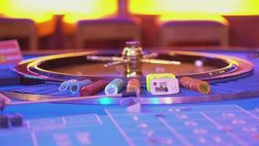 Roulettelijst in een casino - grote mening over Roulettewiel stock video