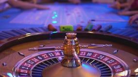 Roulettelijst in een casino - meer groupier soorten die spaanders gokken tijdens spel stock footage