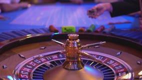 Roulettelijst in een casino - mensen die roulette spelen stock footage