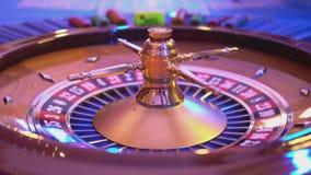 Roulettelijst in een casino - roulettewiel stock footage