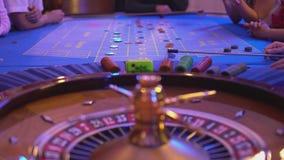 Roulettelijst in een casino - spinnewiel - balland op gebied 9 rood stock footage