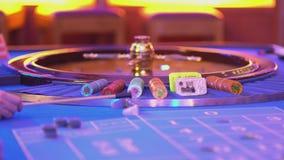 Roulettelijst in een casino - verbazende mening over roulettewiel stock videobeelden