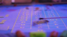 Roulettelijst in een meer groupier casino - verwijdert verloren tekenen uit lijst stock videobeelden