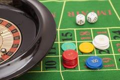 Rouletten i kasino, gå i flisor och tärnar att stapla på en grön filt Arkivfoto