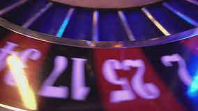 Roulettewiel in een casino - extreme dichte omhooggaand stock footage
