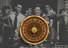 Roulettewiel en mensen die in casino spelen royalty-vrije stock afbeelding