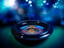 Rouletthjul med en ljus och färgrik bakgrund Fotografering för Bildbyråer