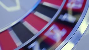 Rouletttabellen i kasino, med många lekar och springor, rouletten rullar in förgrunden Guld- och lyxigt ljus, kasino lager videofilmer