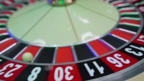 Rouletttabellen i kasino, med m?nga lekar och springor, rouletten rullar in f?rgrunden Guld- och lyxigt ljus, kasino arkivfilmer