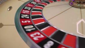 Rouletttabellen i kasino, med m?nga lekar och springor, rouletten rullar in f?rgrunden Guld- och lyxigt ljus, kasino lager videofilmer