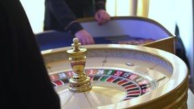 Rouletttabellen i kasino, med m?nga lekar och springor, rouletten rullar in f?rgrunden Guld- och lyxigt ljus, kasino stock video