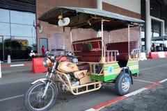 Roulez au sol l'attente en dehors de l'aéroport dans Phnom Penh, Photographie stock