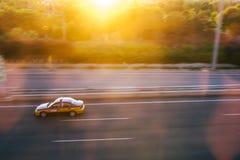 Roulez au sol la voiture sur la route à l'aéroport capital de Pékin, Chine Image libre de droits